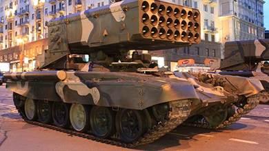 صورة لقاذفة اللهب توس-1 في استعراض عسكري في روسيا