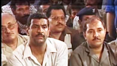 من الوسط يجلس الفقيدان، محمد مخشف، وعلى يمينه هشام باشراحيل، أثناء جلسة المحاكمة