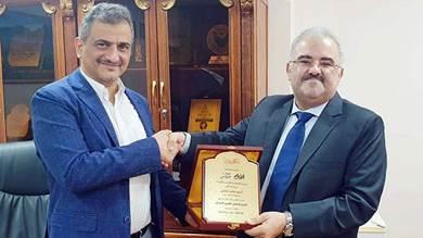 باشراحيل هشام باشراحيل، يسلّم محافظ عدن درع المؤسسة