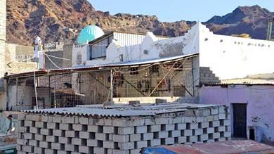 المسجد يصارع من أجل البقاء منذ 800 عام
