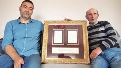 الشقيقان، مراد وحاجي ديدي كوزوكو، يحملان رسالة جدهما
