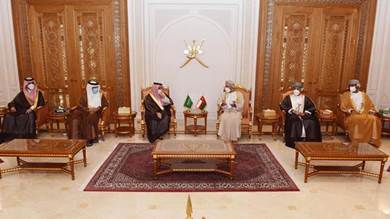 وزير الخارجية العماني بدر البوسعيدي خلال استقباله نظيره السعودي الأمير فيصل بن فرحان