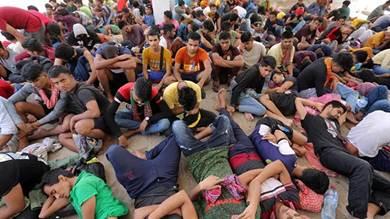 مهاجرون من جنوب شرق اسيا بعدما انقذتهم البحرية التونسية خلال محاولتهم عبور المتوسط في بن قردان بجنوب البلاد