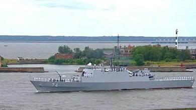 """المدمرة الايرانية """"سهند"""" في الاستعراض العسكري للبحرية الروسية المقام في ميناء سان بطرسبورغ."""