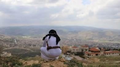 طالب لجوء يمني وصل إلى الأردن في 2014 يجلس في موقع مشرف في حي أبو نصير في شمال عمان، الأردن، 25 مارس 2021.