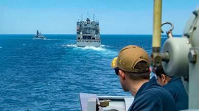 قطع بحرية أميركية خلال عبورها مضيق هرمز