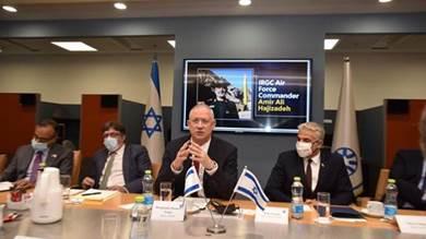 وزير الدفاع الإسرائيلي وخلفه صورة لأمير علي حاجي زاده