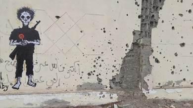 خط الفنانان زهير درهم ومراد سبيع جدارية على سور فندق كورال في العاصمة عدن