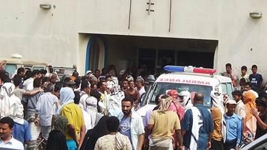 تدافع المواطنين أمام بوابة مستشفى ابن خلدون الذي نُقل إليه الجرحى