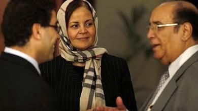 العطاس (يمين) خلال مشاركته في اجتماع مع مبعوث الأمم المتحدة إلى اليمن بدبي في 9 مارس 2013 - أ.ف.ب