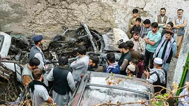 أفغان تجمعوا حول السيارة التي دمرت في ضربة أميركية بواسطة طائرة بدون طيار في 29 أغسطس في كابول