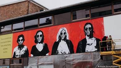 """يقوم مراد سبيع برسم جدارية تحمل اسم """"وجوه الحرب"""" في مرسم خاص باتحاد برلين السينمائي"""