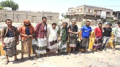 بائعو خضار بسوق الفيوش ينفذون وقفة احتجاجية أمام ديوان المحافظة بلحج