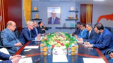 محافظ عدن خلال اجتماعه بالمبعوث الأممي