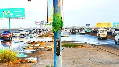 الأمطار تعري الفساد والعيوب الفنية في طرق عدن - طريق خط الجسر