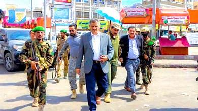 محافظ العاصمة عدن أحمد حامد لملس خلال تفقده مدينة كريتر من الأحداث الأخيرة