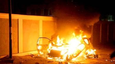 صورة للسيارة والنيران تلتهمها