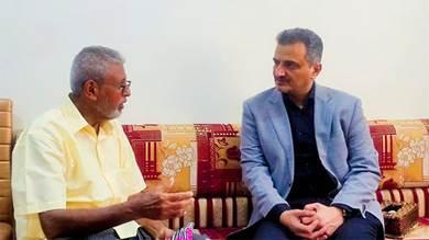 محافظ عدن يزور أسرة الشهيد الإعلامي طارق مصطفى