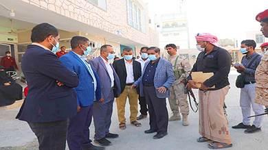 محافظ حضرموت يطلع على الأعمال النهائية لترميم المركز الثقافي