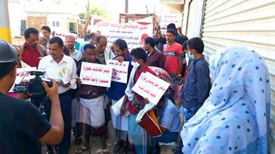 زارعو الكلى يحتجون أمام وزارة الصحة بعدن