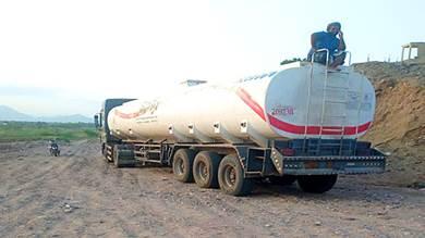 للمطالبة بصرف مستحقاتهم.. مزارعون وعمال بالعند يحتجزون قاطرة وقود سعودية