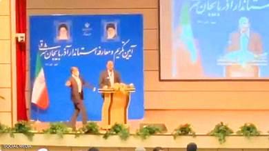صفعة على وجه مسؤول إيراني بارز أثناء حفل تنصيبه